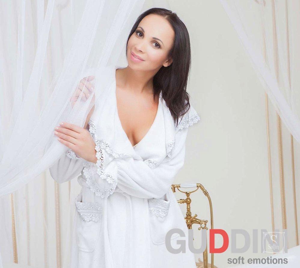 624e97f20ae7 ... Махровый женский халат Guddini. Izolda белый, рост модели 175-180 см ...